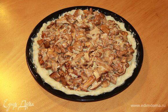 На картофель выложить грибы с луком.