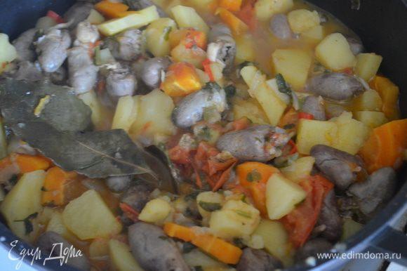 За 5 минут до готовности добавить зелень. Готовое блюдо оставить под крышкой на 10 минут отдохнуть и можно подавать! Очень вкусно)