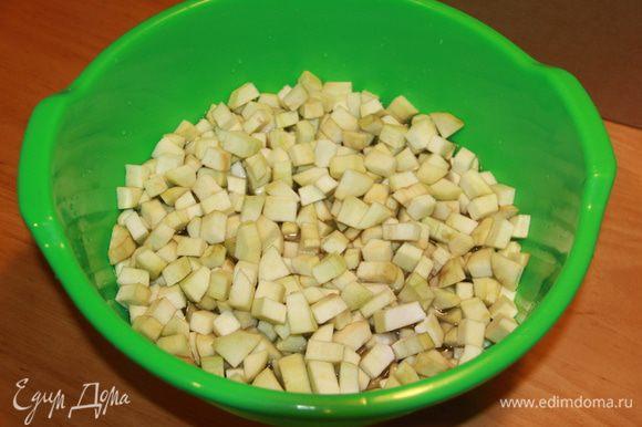 Порезать на небольшие кусочки-кубики. Замочить заготовку в воде с содой. Это поможет избавиться от горечи в баклажанах.