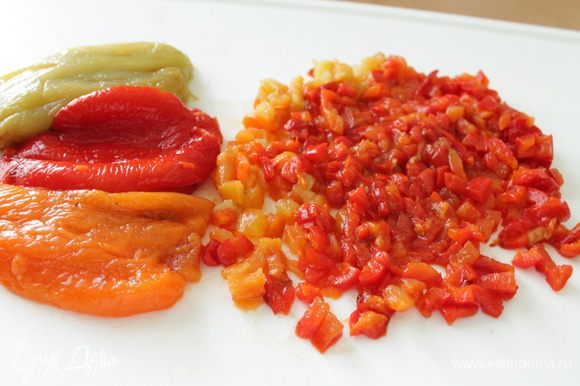 Приготовить крем: болгарский перец запечь в духовке, снять кожицу, нарезать мелко.
