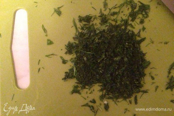 Берем зелень, все толстые стебли удаляем, остальное очень-очень мелко режем, буквально в кашицу.