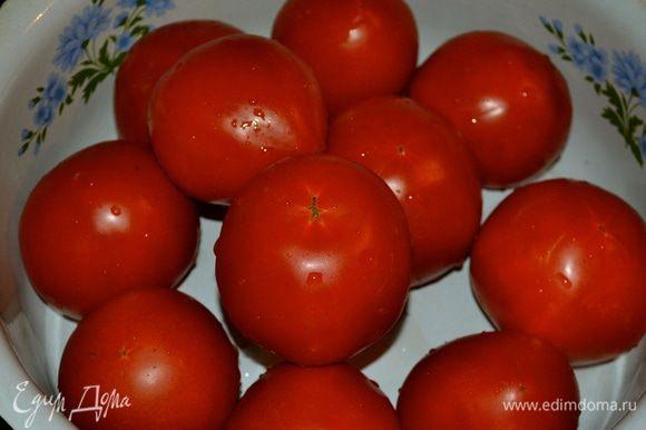 Перебрать, вымыть целенькие плотные помидоры.