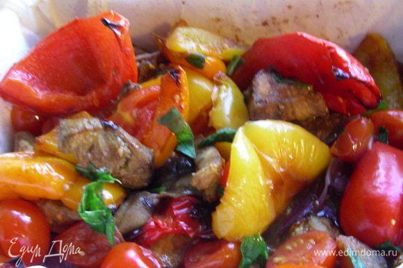 Взбрызгиваем овощи бальзамическим уксусом и посыпаем листьями базилика.