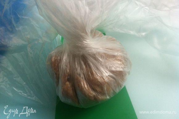 Закручиваем пакетик таким образом, чтобы начинка оказалась внутри мяса.