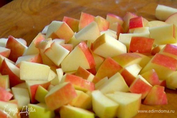 Из половинки лимона выжать сок и сбрызнуть нарезанные яблоки.