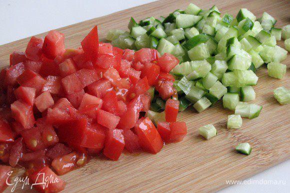 Огурец нарежьте мелким кубиком. При нарезке помидора сначала удалите жидкость с семенами, чтобы она не давала лишнюю влагу. Мякоть так же нарежьте мелким кубиком.