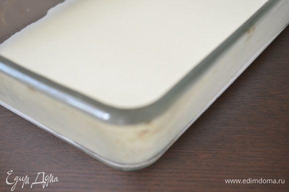 Собираем лазанью: на дно продолговатой формы 20х30 см влить немного белого соуса
