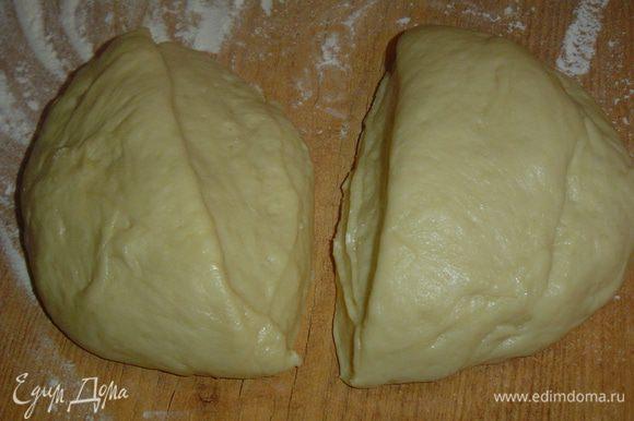 Готовое тесто разделяем на две равные части, так как из него мы получим два рулета.
