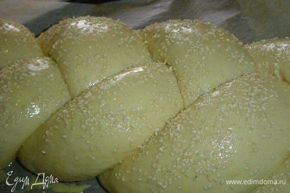 Затем пирог смазываем слегка взбитым желтком и посыпаем кунжутом.