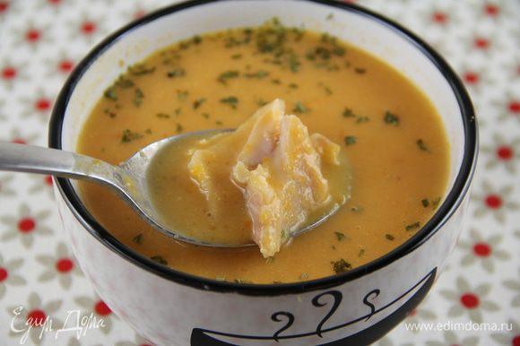 Разливаем суп по тарелкам, положив в него кусочки рыбы. Приятного аппетита))