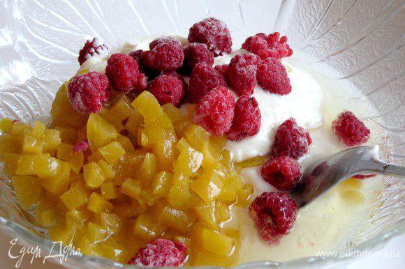 Соедините взбитые сливки, йогурт, желатин, лимонный сок. Добавьте персики и горсть малины. Все аккуратно перемешайте.