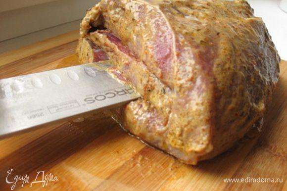 """В мясе, со стороны разреза, сделать надрезы в виде двух """"кармашков"""". Посолить мясо."""