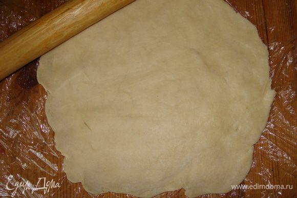 Достать тесто из холодильника, раскатать скалкой до 5 мм толщиной. Переложить в форму, смазанную растительным маслом. Края слегка придавить к бортикам формы, сформировав этим некое подобие тарелочки.