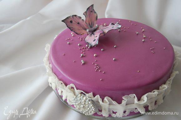 В моем случае торт украшен мастикой, сахарными бусинками и бабочкой из мастики.