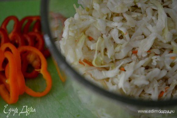 Порубить капусту, затем порезать сладкий перец, натереть морковь.