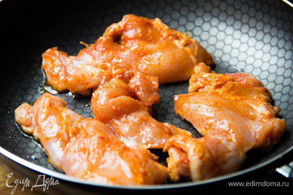 На сковороде разогреваем оливковое масло. Обжариваем курицу на сильном огне с двух сторон до золотистой корочки. Вливаем стакан питьевой воды и не уменьшая огонь продолжаем готовить 10-15 минут пока почти вся вода не выпариться. При необходимости добавьте ещё воды. Соус который с итоге получиться будет очень насыщенным и острым. Им потом можно будет полить курицу уже в тортилье.