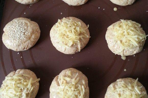 Посыпаем сыром или кунжутом, ставим в предварительно разогретую до 200 С духовку на 40 минут