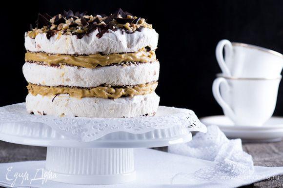 Выложить на блюдо корж, смазать кремом сверху второй, затем опять крем, третий корж. Сверху торт смазать кремом, присыпать орехами и кусочками шоколада. До подачи торт хранить в холодильнике.