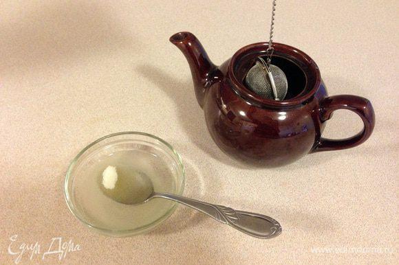 Замачиваем желатин и завариваем чай. Чай надо заваривать примерно из расчета 50-80 мл на яблочко. Крепость по вкусу, сахар тоже по вкусу. Я бы сделала чай сладким даже если вы обычно пьете без сахара, т.к. несладкое желе мне кажется не интересным.