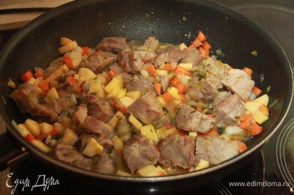 К мясу добавить лук-порей, обжарить, затем репчатый лук, тоже слегка обжарить. Затем добавить репу и морковь.