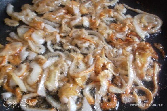 Лук нарезать полукольцами и обжарить в оливковом масле до прозрачности. Затем посолить, добавить кориандр, 2 ст л сахара (без горки) и обжарить до коричневого цвета...