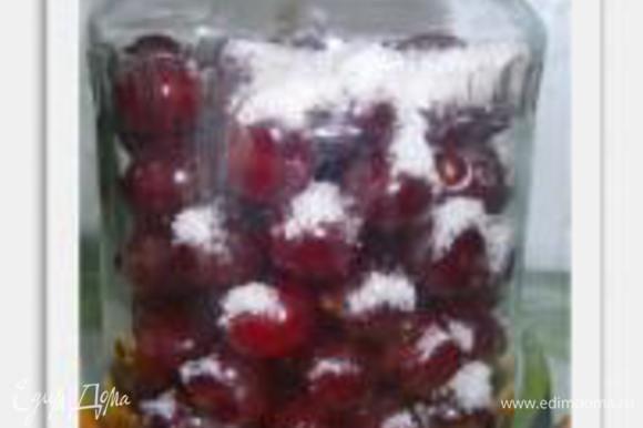 Собираем ягоду (можно вперемежку), чистить и выбирать листочки и веточки не обязательно, ссыпаем в тару и засыпаем сахаром чтобы ягода вся была обволочена в нём. Заливаем ягоду кипятком, так, чтобы она вся погрузилась в кипяток.