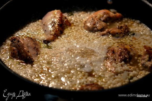 Затем добавим бульон, посолить и поперчить. Вернем куриные грудки. Закроем крышкой и тушим до полного приготовления кускуса и куриных грудок.