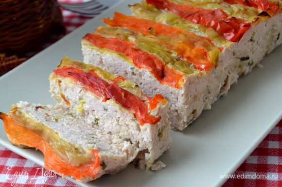 Выпекаем еще 15 минут при той же температуре. Готовый хлеб немного остудить и освободить от фольги. Нарезать на ломтики и подавать с овощным салатом и вкусным хлебом.