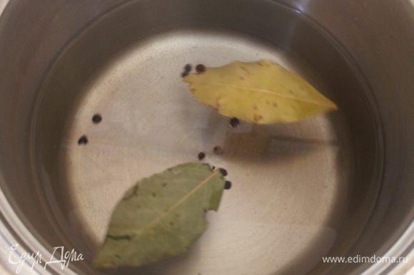 Все ингредиенты маринада перемешать и вскипятить.