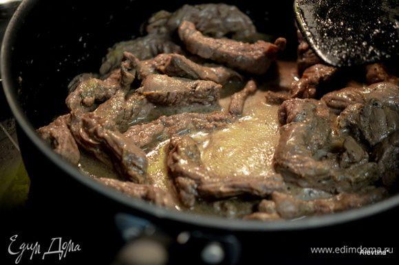 Разогреть сковороду затем вылить 2 стол.л олив.масло. Добавить говядину и жарить на высоком огне. Добавить маринад. Закрыть крышкой, убавить огонь и тушить примерно 20 мин. или до мягкого нежного состояния.
