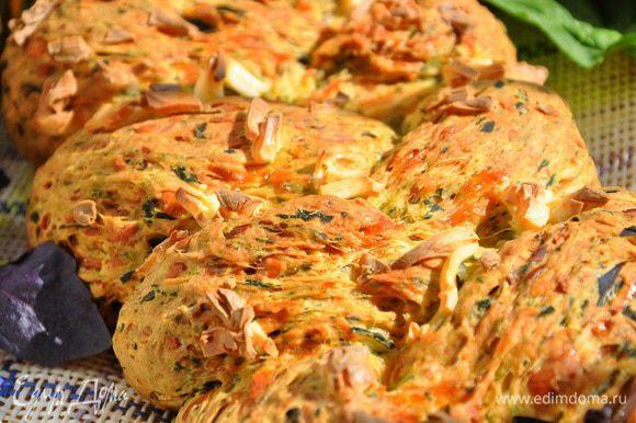 Выпекать при 200 гр. С и примерно 30-35 минут наслаждаться вкусной, роскошной плетенкой, напичканной сыром!