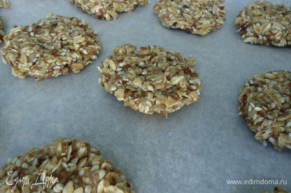 Сформировать печенье руками, выложить на пергамент, выпекать 20 мин. при температуре 180 градусов. Можно наслаждаться и не толстеть!:)