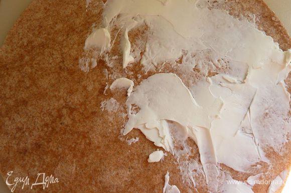 Размазать козий сыр на половину лепешки.