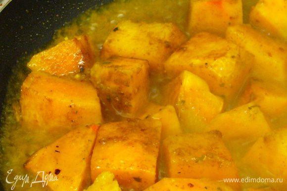 Вливаем в сковороду (или сотейник) горячий овощной бульон. Даём протушиться.