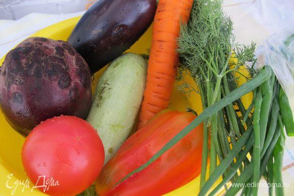 Овощи почистить. Свёклу и морковь натереть на крупной терке.