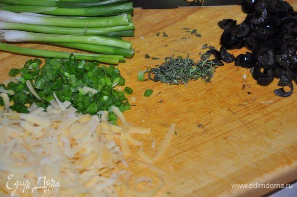Маслины нарезать, оборвать листья тимьчна, зеленый лук мелко порубить, сыр Джюгас измельчить на терке.