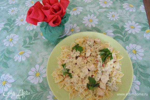 Наша паста готова! Нам остается выложить макароны на тарелку, сверху положить мясо с вощами , полить соусом ,посыпать тертым на мелкой терке сыром и украсить зеленью! Приятного аппетита!
