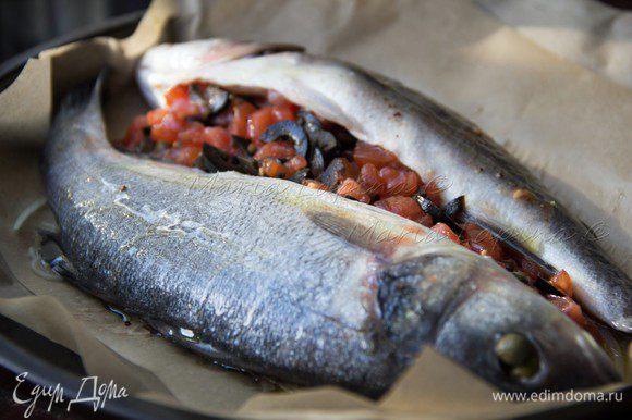 Сбрызнуть рыбу оливковым маслом и поставить в духовку при температуре 200С на 15 минут.