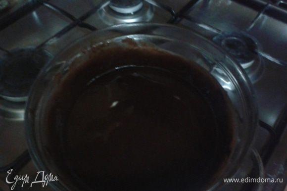 Растопить шоколад и масло в однородную смесь (периодически перемешать ложкой). Затем снять с кастрюли с водой и слегка остудить.