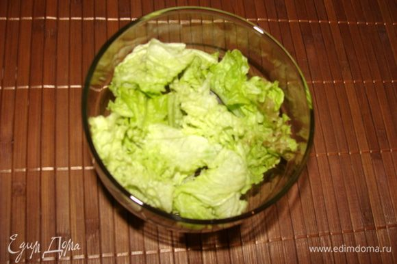 Порвать листья салата и выложить в креманку.