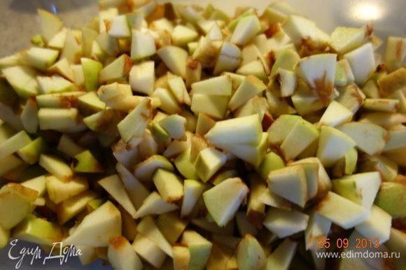 Пока подходит тесто, готовим начинку. У яблок удаляем сердцевину и нарезаем маленькими кусочками. Сбрызнем их лимонным соком. Орехи измельчаем ножом, изюм промываем.