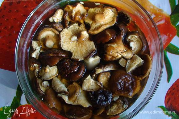 Предварительно залить сухие грибы водой и оставить на 3 часа.