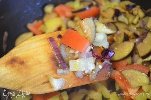 Далее всыпаем помидоры, солим (совсем немного), перчим, добавляем приправы по вкусу. Тушим еще 5-7 минут