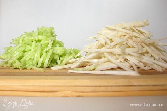 и, с помощью овощерезки, нарезать тонкой соломкой.