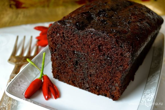 Остывший и пропитанный кекс осторожно переложить на блюдо (в этом нам поможет все та же бумага для выпечки)