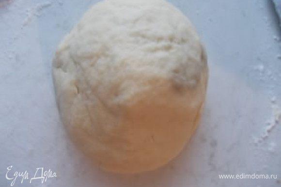 Затем добавить яйца и замесить крутое тесто. Убрать его в холодильник,пока готовим начинку.