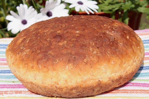 Подошедшее тесто обмять, оставить подходить еще раз. Сформировать хлеб, уложить его в форму, оставить в тепле еще на час. Духовку разогреть до 190-200 градусов, выпекать 35-40 минут, до готовности.