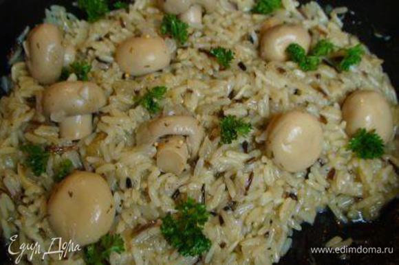 Сверху выложить маринованные грибы и посыпать рубленой петрушкой.