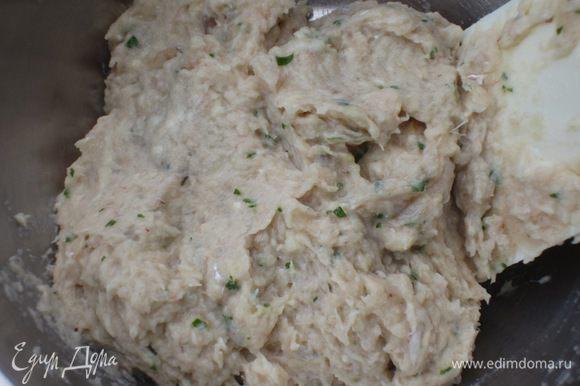 Переложить рыбный фарш в миску, добавить белок, сок и цедру лимона, муку и тщательно перемешать.