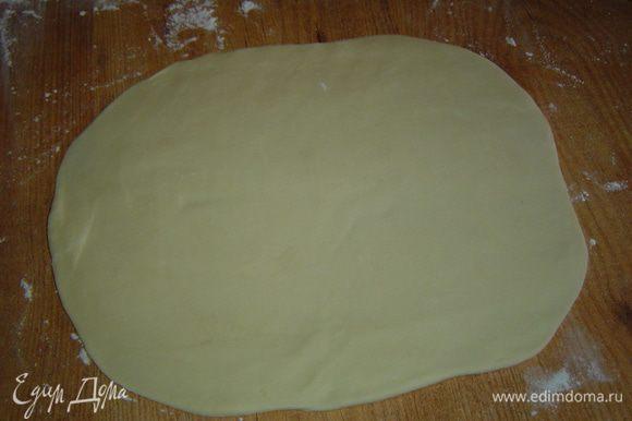 А теперь пришло время приготовить печенье. Я приготовила два вида печенья, сладкое и соленое. Начнем с соленого. Тесто раскатываем толщиной в 0,5 см,